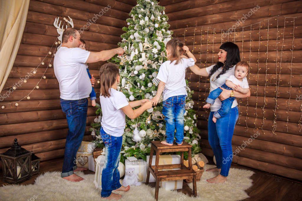 обычай - украшаем елку всей семьей