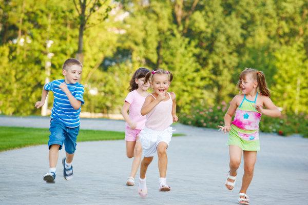 дети гуляют на улице